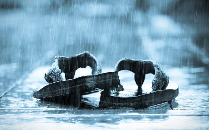 De 87-jarige man uit Zevenaar liep op zijn sandalen door de stromende regen.