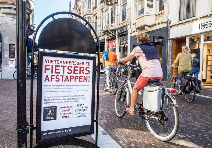 Ook de winkelstraat Noordeinde heeft een BIZ. Ondernemers plaatsten onder meer borden om fietsers te vragen af te stappen.