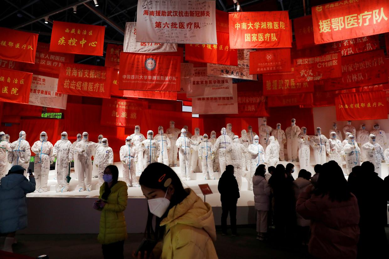De expositie in Wuhan bewierookt heldenmoed en de feilloze leiding door de Communistische Partij. Beeld REUTERS