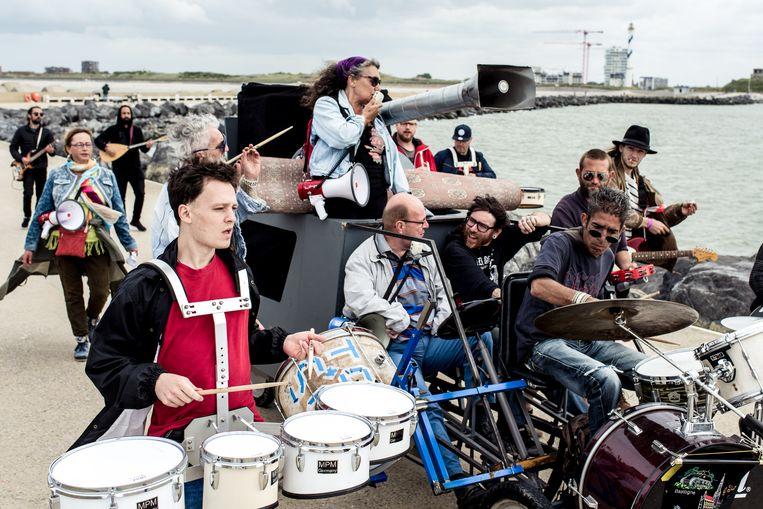 Een openluchtrepetitie van The Ostend Street Orkestra, voor de feestelijke rouwmars waarmee de fanfare eind juli Theater Aan Zee zal openen. Beeld Tine Schoemaker
