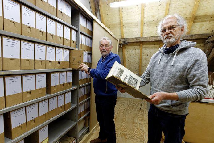 Christ van Eekelen en Fons van Heesch in de Heemkamer in Boxtel.