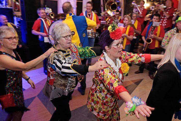 De polonaise wordt ingezet tijdens het 50+ bal van carnaval 2018 in Vivaldi in Oss.