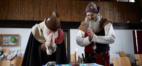 Historische acteurs op hun knieën in Barchem voor Sint Corona: 'We vragen om genade voor de mensheid'