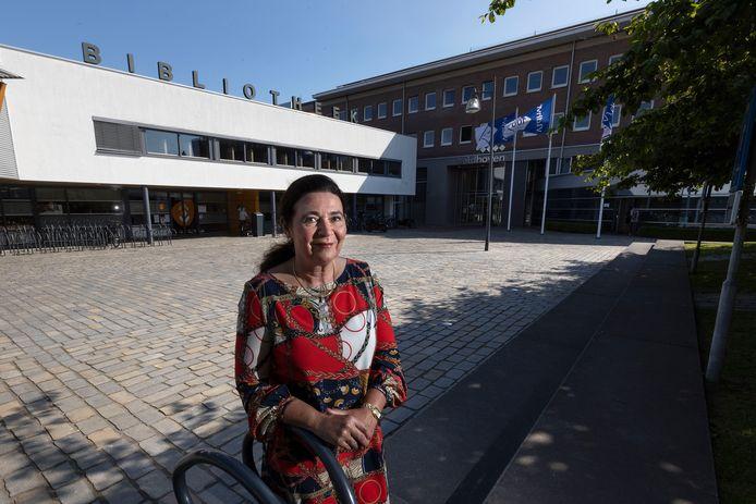 Bibliotheek-directeur Dorine Prinsen voor het onderkomen aan de 'achterkant' van het Meiveld in Veldhoven.
