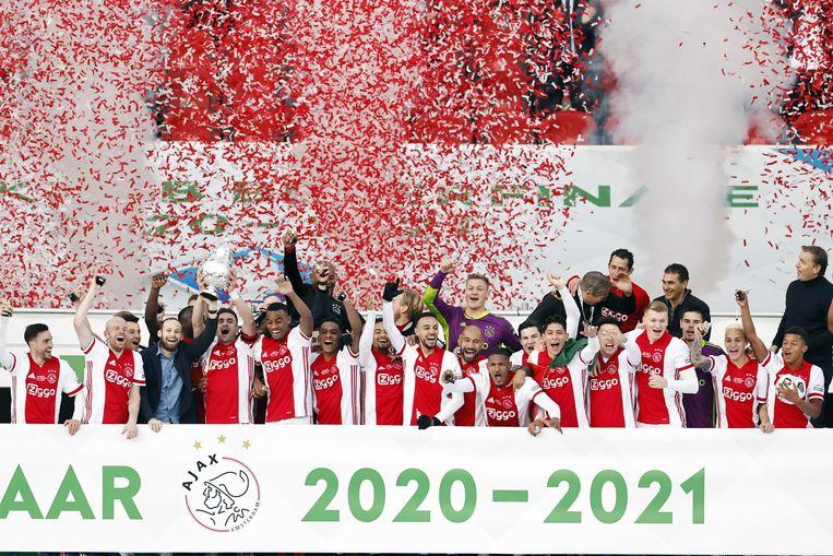 De spelers van Ajax vieren de twintigste bekerwinst in de clubgeschiedenis. Beeld ANP