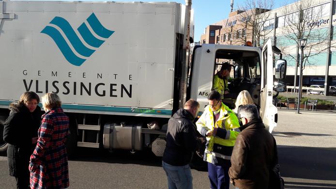 Burgemeester Bas van den Tillaar (rechts in het geel) bij de presentatie van een nieuwe DAF-vrachtwagen voor afvalvervoer vorig jaar.