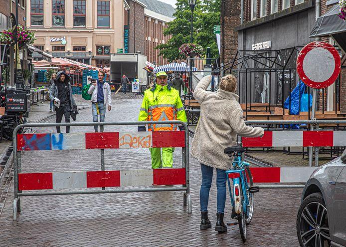 Fysieke obstakels, hier in juni 2020. Hoe de gemeente permanent wil voorkomen dat fietsers de Grote Markt in Zwolle opgaan, is nog onduidelijk.