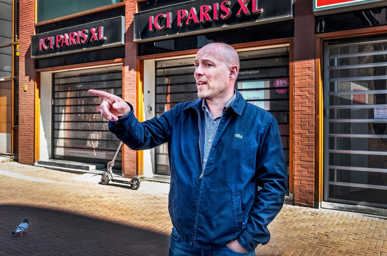 Pieter van Loon voor zijn pand in de binnenstad van Dordrecht, dat hij heeft verhuurd aan ICI Paris. Beeld Raymond Rutting / de Volkskrant