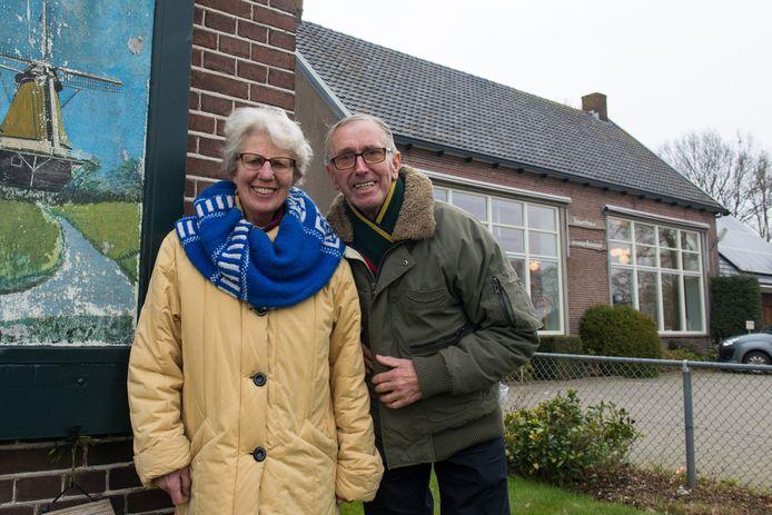 Jan en Gertie Soer woonden pal naast de openbare school waar Jan eerst 17 jaar lang schoolhoofd was en daarna - toen de school in 1993 buurthuis werd - beheerder werd. Deze foto is in 2018 gemaakt, toen het echtpaar afscheid nam en naar Ommen verhuisde.