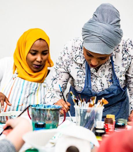 Vluchtelingen leggen de vrijheid als een puzzel op Internationale Vrouwendag in Hilvarenbeek