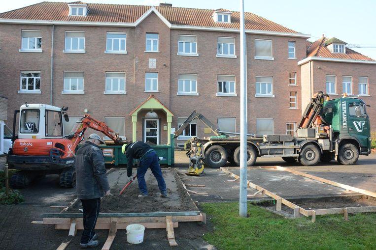 Gisteren waren de voorbereidingen al bezig voor het plaatsen van een grote kraan op de site van Sint-Elisabeth in Vrasene. Links boven: de vrolijke bende 'De Optimisten'.