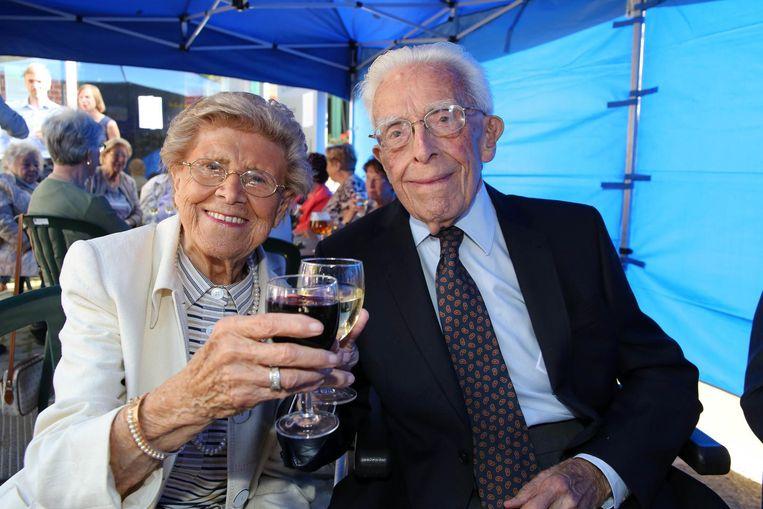 Marie-Joseph met haar echtgenoot én oudste bewoner Laurent (100). Ze klinken op zijn verjaardag en de verjaardag van 'hun' Vanackerestraat.