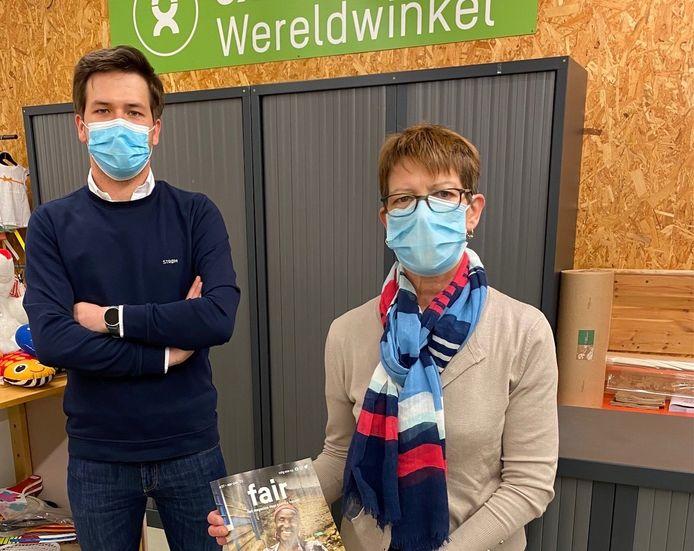 Arno Ponnet, schepen bevoegd voor Fair Trade en Annemarie Schockaert, voorzitster van de Oxfam (wereldwinkel) Sint-Lievens-Houtem.