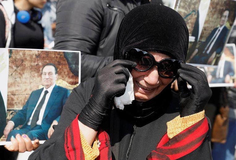 Een rouwende aanhanger van oud-president Mubarak van Egypte bij diens begrafenis vorig jaar. Beeld REUTERS