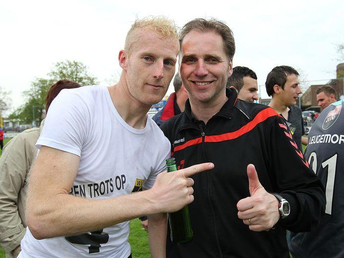Trainer Eric van Zutphen (rechts) en speler Martijn Meerdink vieren de titel van WVC in 2013.