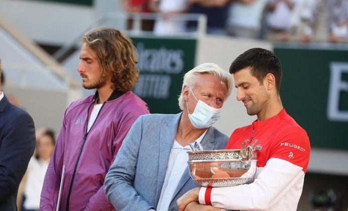 Bjorn Borg overhandigde zondag de Coupe de Mousquetaires aan Djokovic.