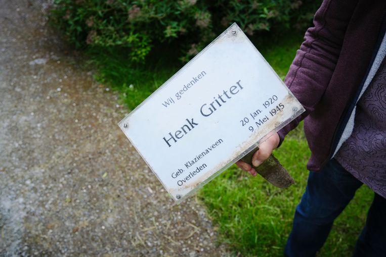 Het tijdelijke naambordje dat sinds 2006 op het graf stond wordt als aandenken meegenomen door de familie. Beeld Sjaak Verboom