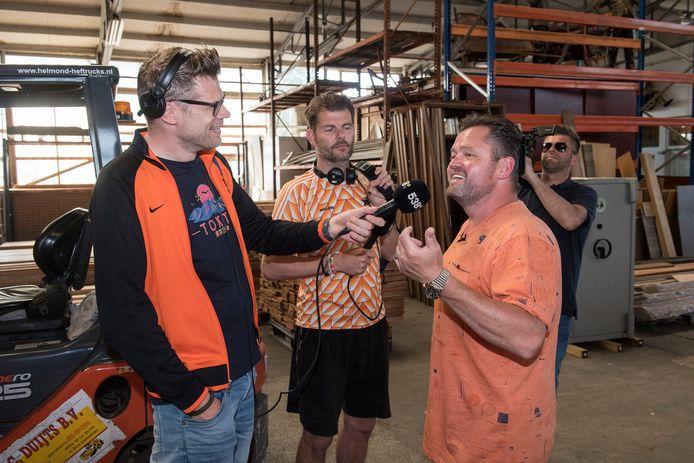 Frans Duijts geeft een radiointerview in de loods van zijn sloopbedrijf.