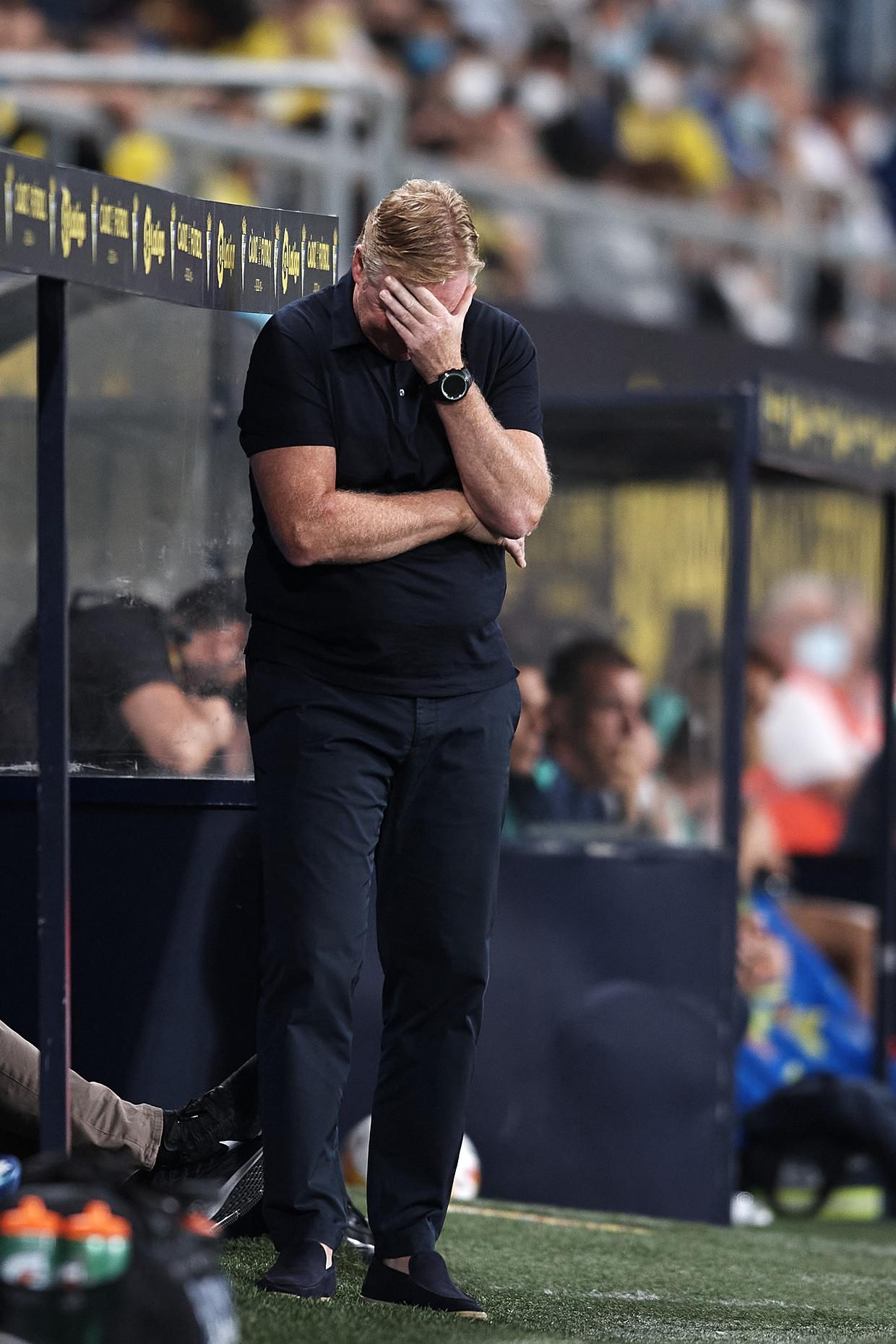 De wanhoop nabij: Ronald Koeman tijdens de wedstrijd tegen Cádiz.  Beeld Getty Images