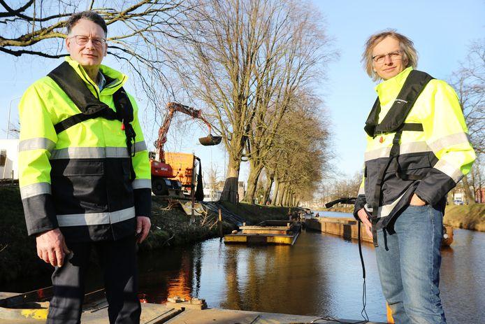 Breda - Kees de Jong (bestuurder Waterschap Brabantse Delta) en Patrick Tibboel (technisch manager baggeren) bij de werkzaamheden aan de Nassausingel.