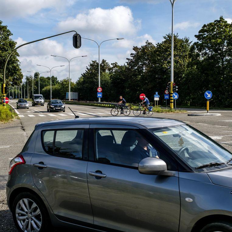 Soms raken fietsers niet op tijd over omdat het licht te snel op groen springt voor de auto's.