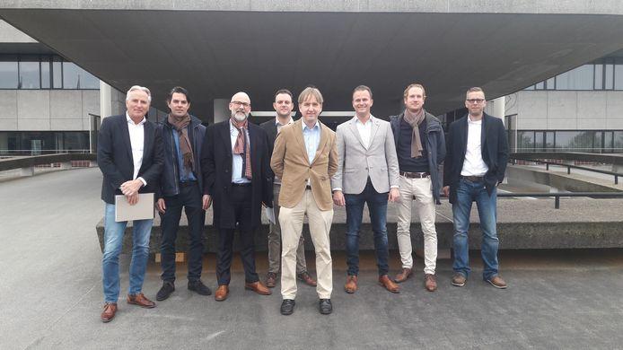 Brabantse Forummers poseren voor het provinciehuis. Vierde van links: Frank Duijs.