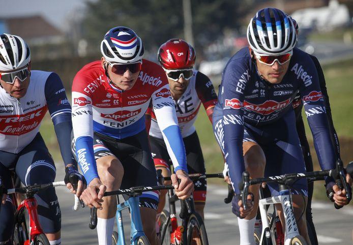 Oscar Riesebeek (rechts) flankeert ploeggenoot Mathieu van der Poel tijdens Kuurne-Brussel-Kuurne.