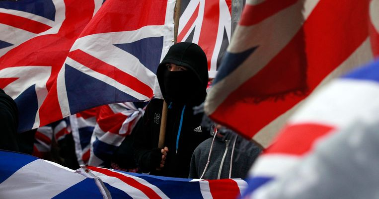 Loyalist protesters demonstrate against restrictions on flying Britain's union flag from Belfast City Hall in central Belfast January 5, 2013. Rioting began a month ago after a vote by mostly nationalist pro-Irish councillors to end the century-old tradition of flying the British flag from Belfast City Hall every day unleashed the most sustained period of violence in the city for years. REUTERS/Cathal McNaughton (NORTHERN IRELAND - Tags: POLITICS CIVIL UNREST) Beeld REUTERS