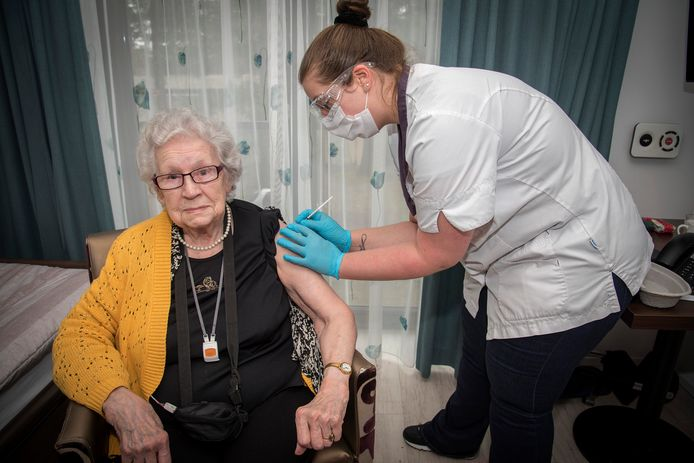 Riet Teunissen (84) is een van de eerste 'gelukkigen'  in deze regio. Zij krijgt van verpleegkundige Vivian Eggermont in het Herstelcentrum van ZZG zorggroep in Groesbeek de Pfizer-prik tegen corona.
