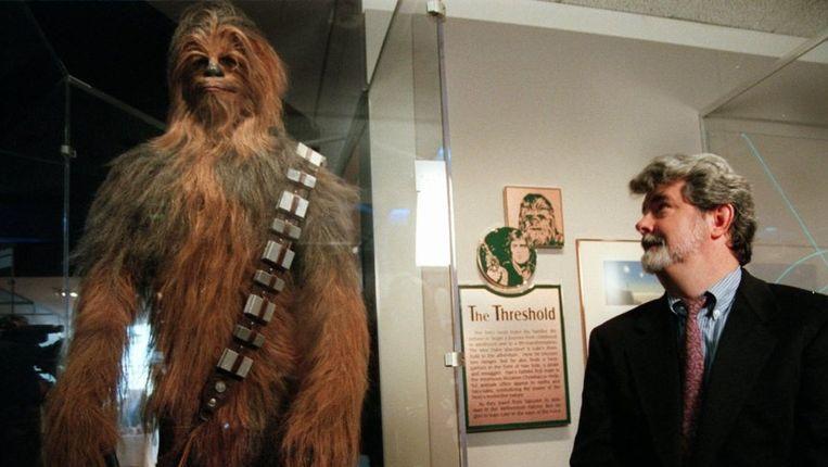 George Lucas, geestelijk vader van Star Wars, bij een beeld van Chewbacca. Beeld ap