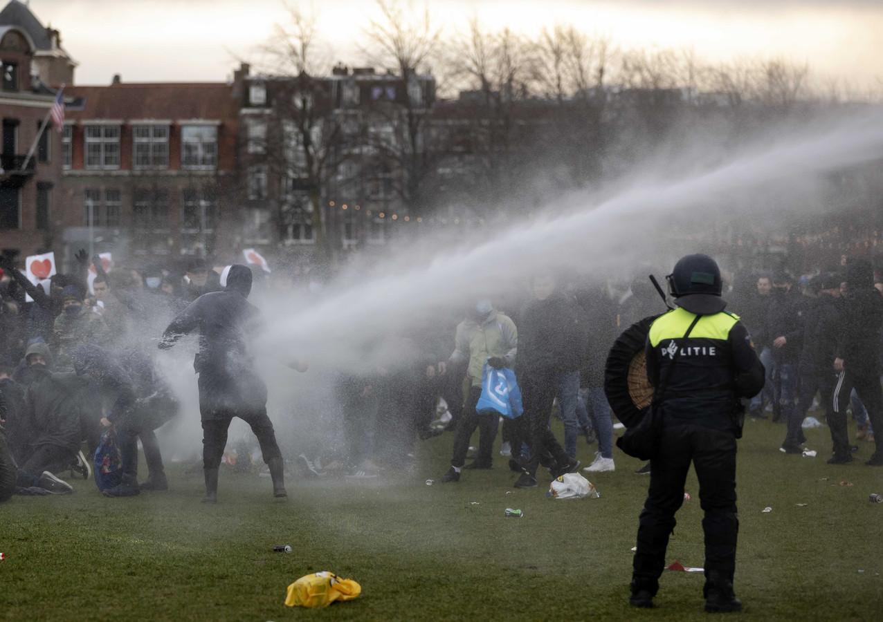 Een waterkanon wordt ingezet op het Museumplein in Amsterdam.