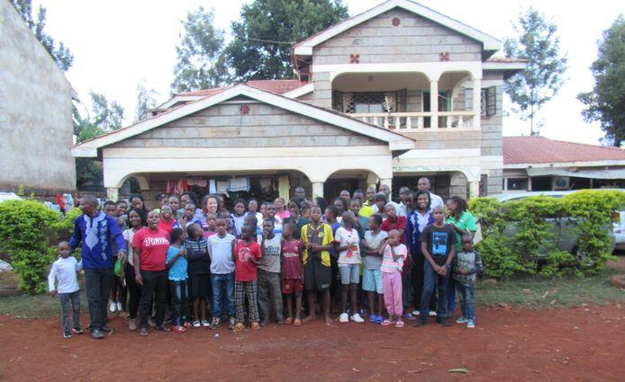 Yvette Boltze bij het weeshuis in Kenia.