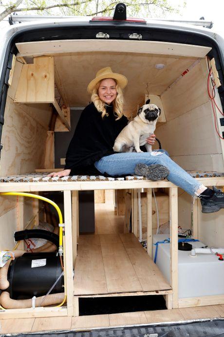 Amber (23) werkte maanden aan haar droomhuis op wielen en gaat op reis: 'Ik wil de natuur bewonderen'