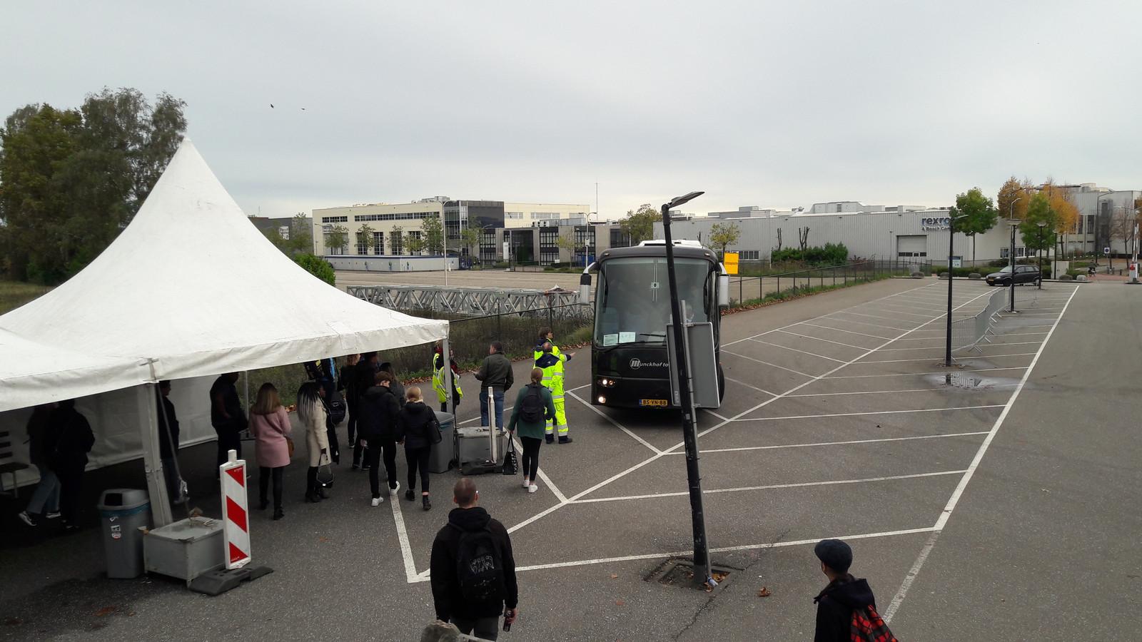 Aan de achterkant van het station in Boxtel, de Ladonk-zijde, zorgen bussen voor vervangend vervoer.