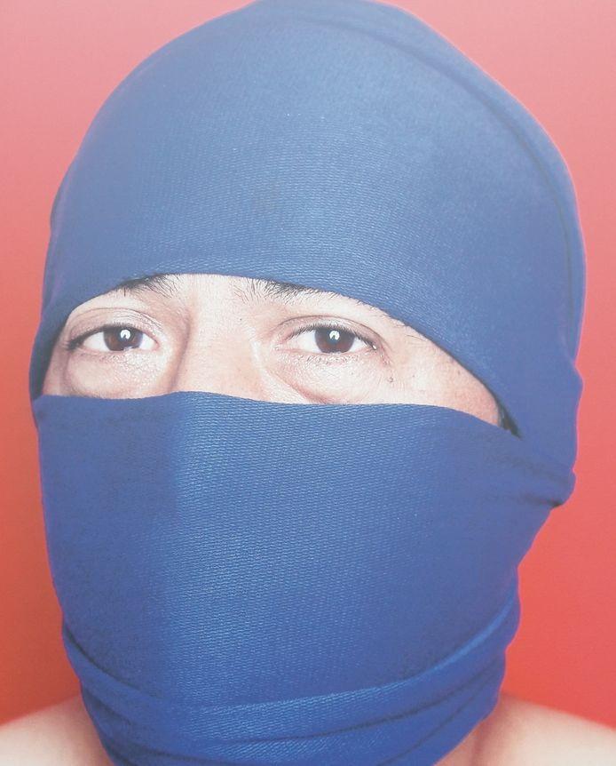 Een beeld uit de fototentoonstelling 'Open je ogen' over slachtoffers van mensenhandel, die in 2019 ook Tilburg aandeed. Deze man -Jojo - werd uitgebuit als chauffeur.