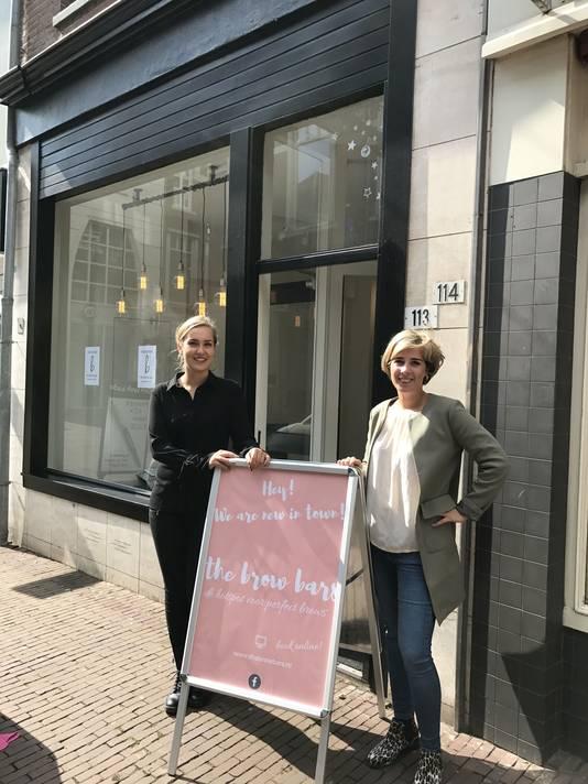 Vera van der Heijden (rechts) bij de nieuwe vestiging van The Brow Bars in de Beekstraat in Arnhem.