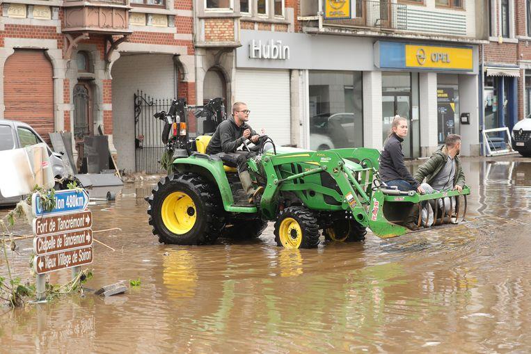 Een tractor wordt gebruikt om mensen droog te houden in Pepinster.  Beeld BELGA