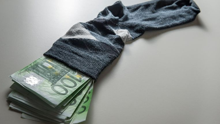 Geld sparen op de ouderwetse manier: in een sok. Beeld ANP