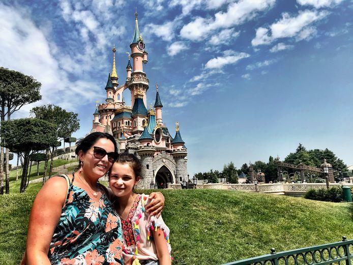 Sarah en dochter Fleur bij het iconische sprookjeskasteel van Doornroosje. Kitsch, maar het wérkt wel.