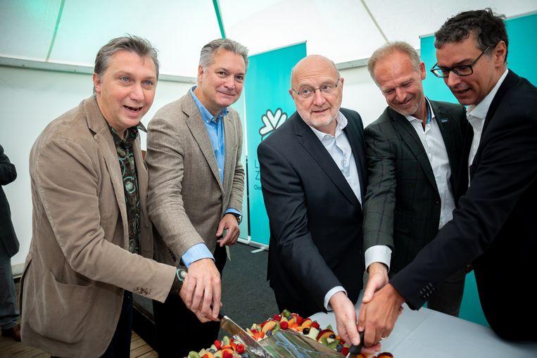 De taart werd aangesneden door Anthony Casteels (projectdirecteur Rinkoniên), Roland Van Driel (projectdirecteur Linkeroever Lantis), André Van de Vyver (burgemeester Zwijndrecht), Luc Hellemans (CEO Lantis) en intendant Alexander D'Hooghe.