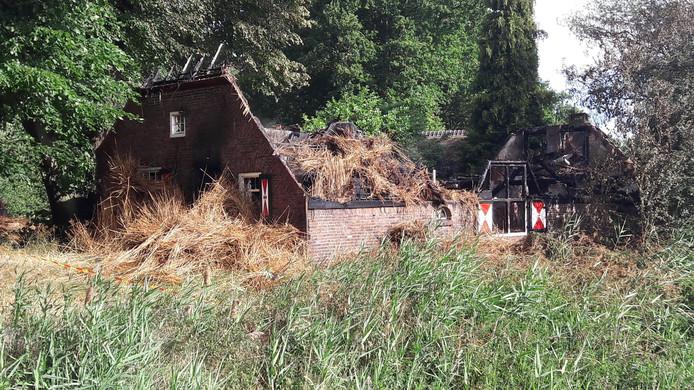 De woning is compleet verwoest door de brand.
