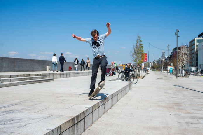 Een aantal skaters wagen het er nog steeds op aan de Gerlachekaai.