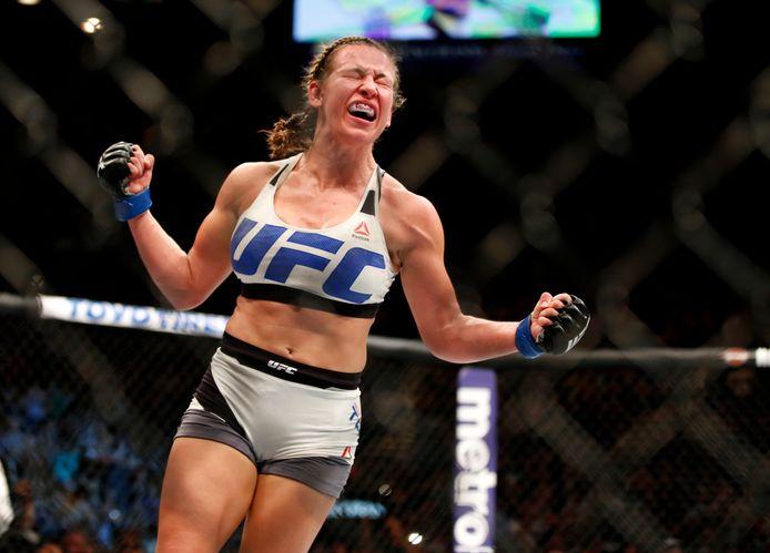 Miesha Tate viert haar overwinning op Holly Holm tijdens UFC 196 in 2016 in Las Vegas.
