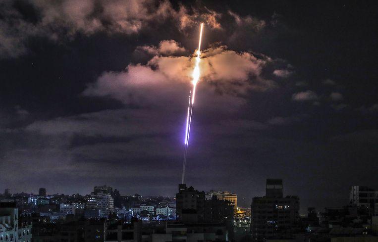 Een raket is boven Gaza-Stad onderweg naar Israël.  Beeld EPA
