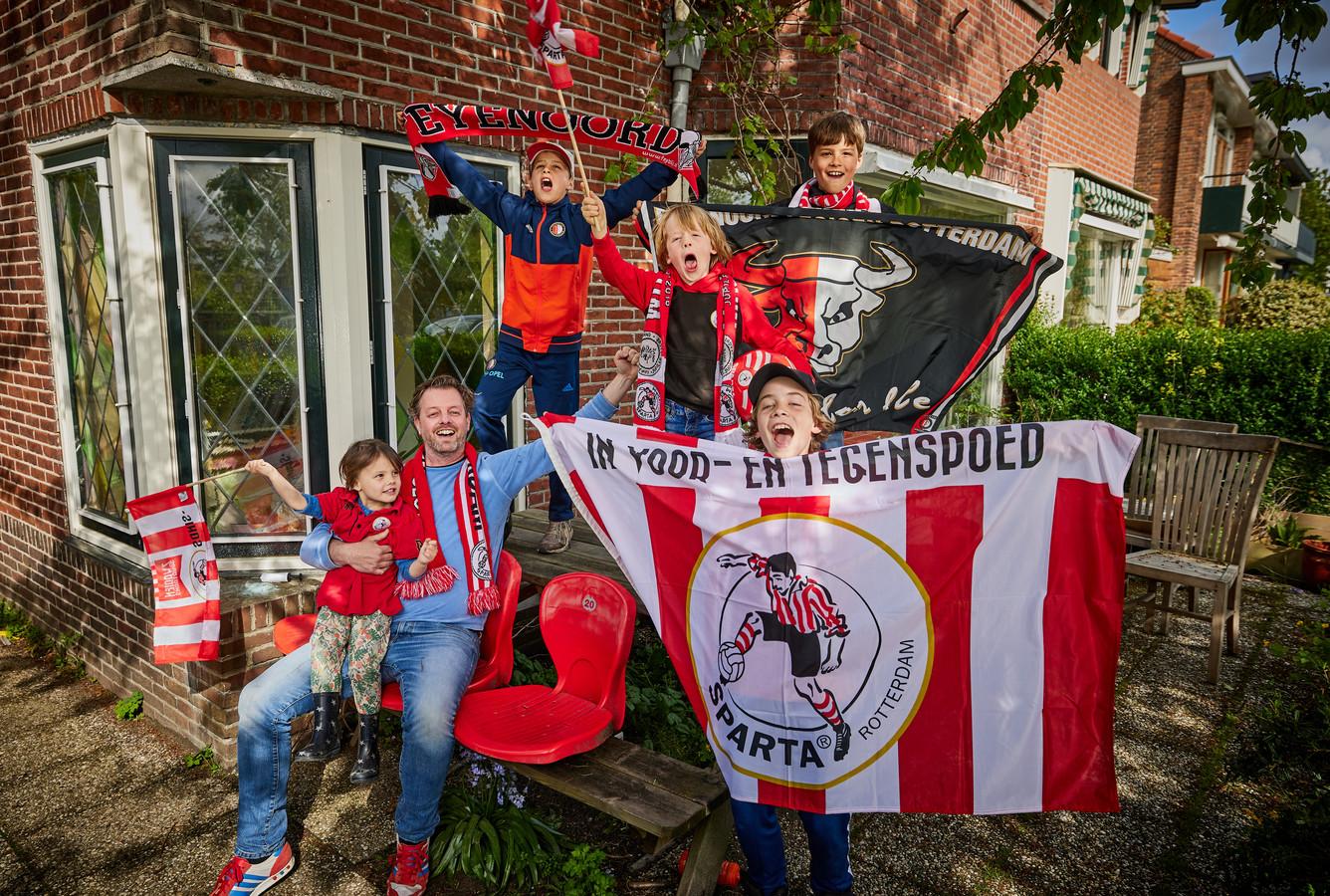"""Ian Mostert met in zijn armen dochter Su Rhea, en Toby met Feyenoord vlag, Ole met het Sparta-vlaggetje, Maas met Sparta-vlag en Hugo met Feyenoord-vlag. ,,Het is hier best gezellig."""""""