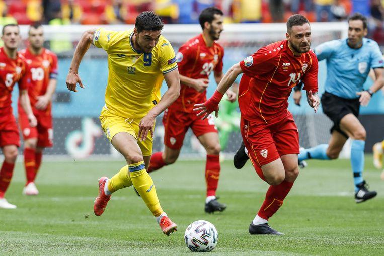 De Oekraïense spits Roman Jaremtsjoek snelt voorbij de Noord-Macedonische verdedigers. Beeld AFP