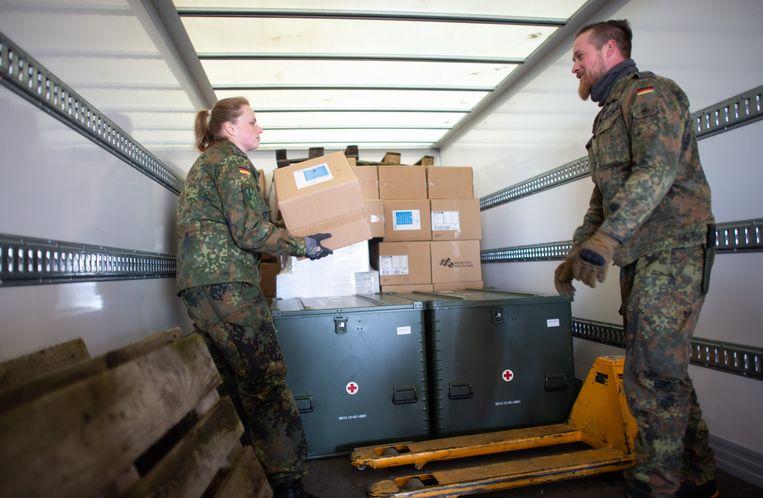 Duitse soldaten leveren beschermende kleding, maskers en beademingsapparatuur af in Noordrijn-Westfalen.  Beeld Jonas Güttler/dpa