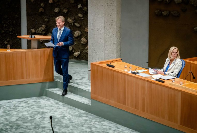 Pieter Omtzigt (Groep Omtzigt) en voormalig demissionair minister Sigrid Kaag van Buitenlandse Zaken woensdag tijdens het debat in de Tweede Kamer over de situatie in Afghanistan.  Beeld ANP