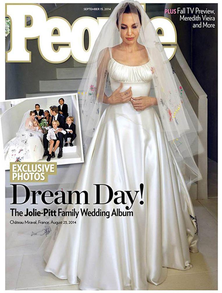 De trouwjurk van Angelina Jolie. Beeld Photonews/AP/RV