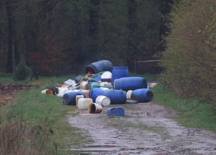 Drugsafval, gedumpt in de Brabantse natuur.